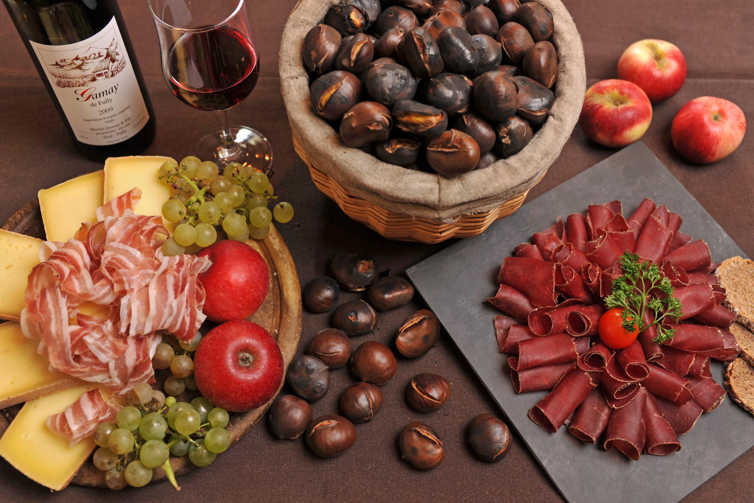 La royale: fromages, viande séchée, lard, châtaignes grillées au feu de bois, raisins, pommes ou poires , pain de seigle et beurre